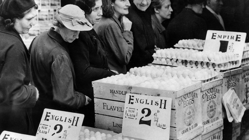 october-1940-british-housewives-queue-to-buy-eggs-both-domestically-sourced-and-supplied-from-the-dominions-in-this-case-canada-mary-evans-grenville-collins-postcard-collection